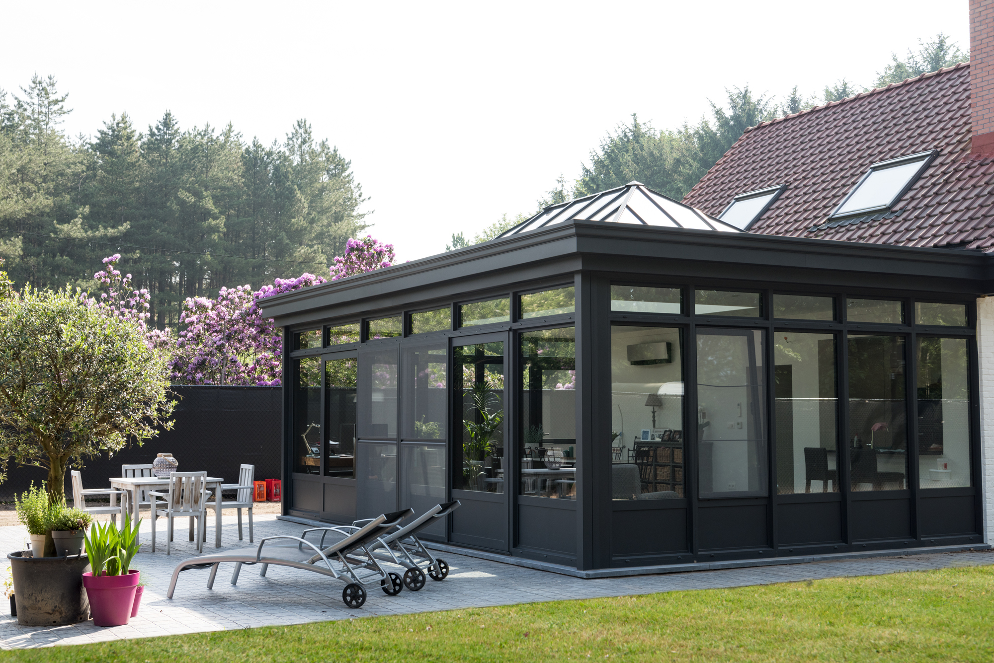 Een home office met zicht op de tuin